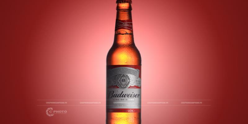 Chụp hình chai bia Budweiser